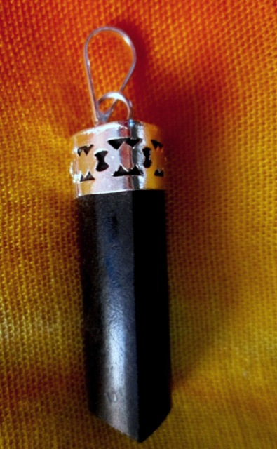 Turmalín černý krystal - přívěsek se zdobeným úchytem